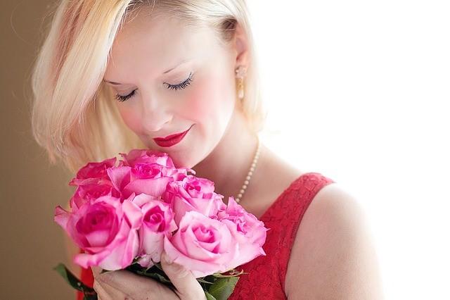 Woman_roses